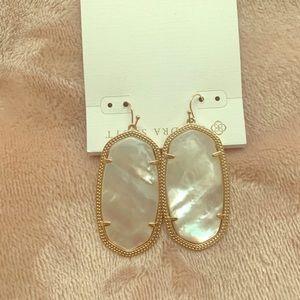 Elle silver drop earrings in ivory pearl.